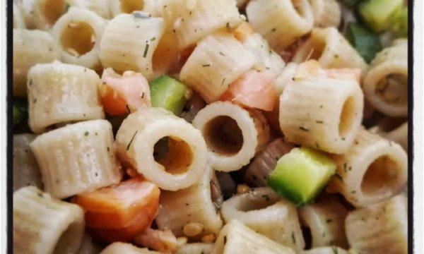 Insalata di ditalini di farro con e salmone e zucchine